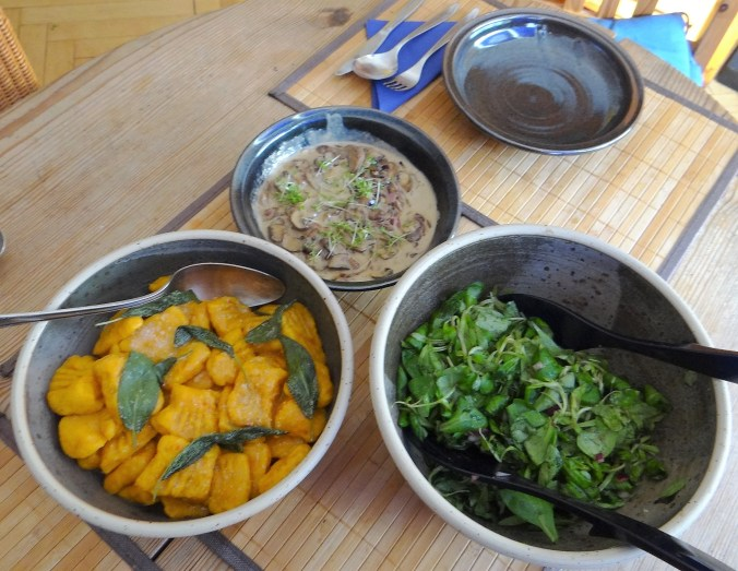 Kürbisgnocchi,Champignon,Salbeibutter,Salat,Birnenkompott (4)