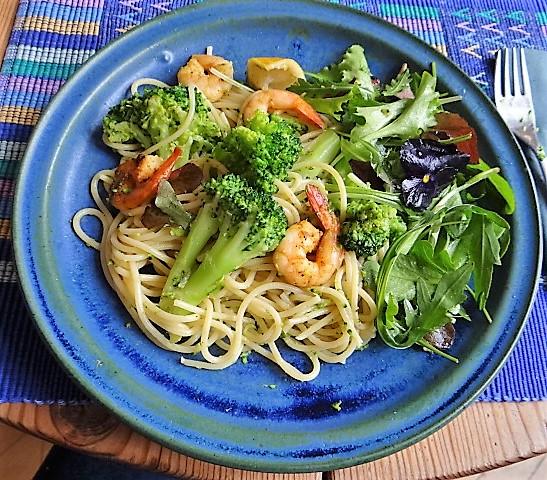 Limetten Spaghetti mit Garnelen und Brokkoli,bunter Salat (2)