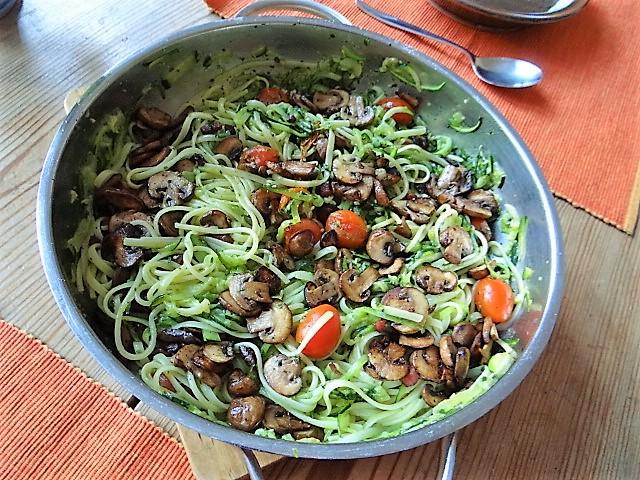 Zucchini Zoodles,Champignon,Tomaten (16).JPG