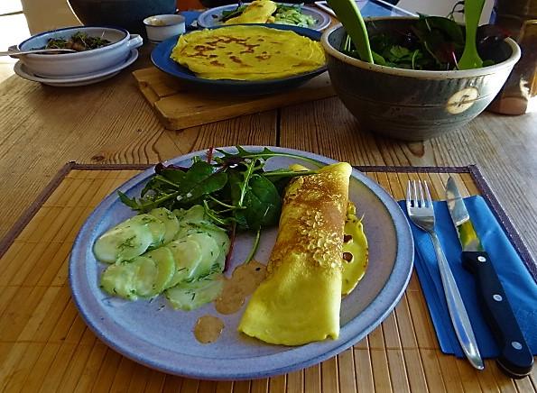 Gefüllte Eierpfannkuchen und Salate (18)