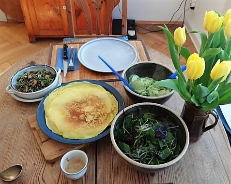 Gefüllte Eierpfannkuchen und Salate (4)