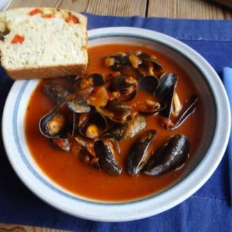 Muscheln in Tomatensauce und Paprikabrot (25)