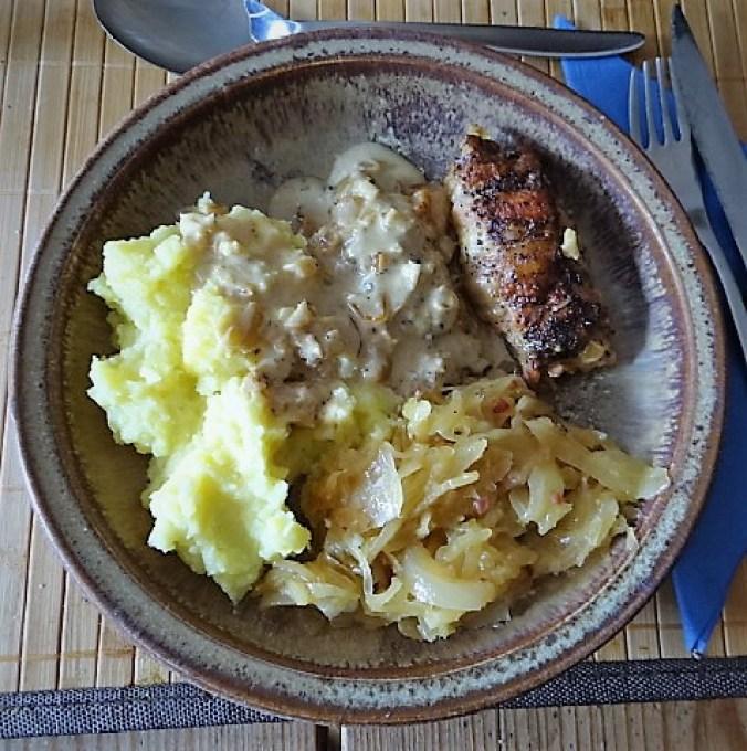 Schweinebauch Roulade mit Sauerkraut und Kartoffelstampf (2)