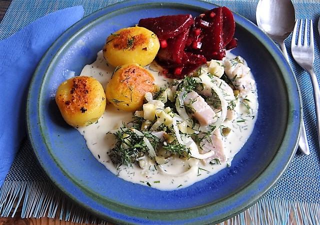 1Marinierter Hering,Rote Bete Salat, Bratkartoffeln (25)