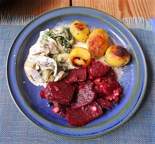 1Marinierter Hering,Rote Bete Salat, Bratkartoffeln (3)