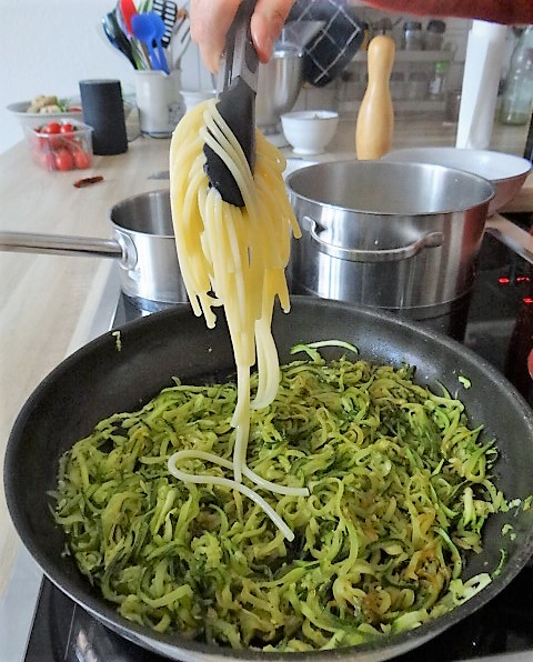 Hartweizengries Nudeln mit Zucchini Zoodles (12)