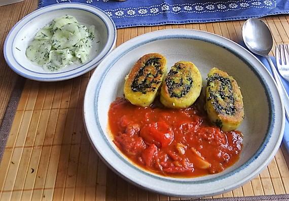 Kartoffelschnecken mit Bärlauch,Tomatensugo, Gurkensalat (2)