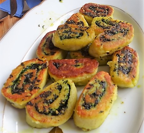 Kartoffelschnecken mit Bärlauch,Tomatensugo, Gurkensalat (5)