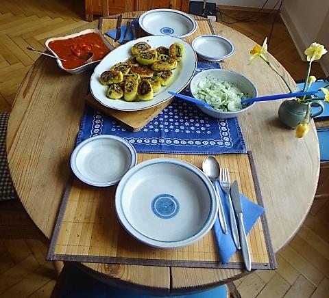 Kartoffelschnecken mit Bärlauch,Tomatensugo, Gurkensalat (6)