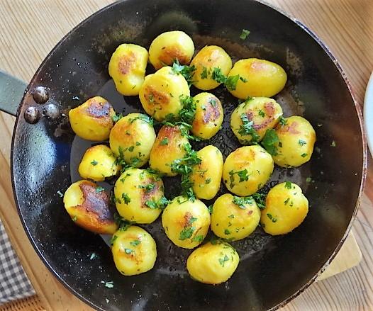 Marinierter Hering,Bunter Salat, Bratkartoffeln (15)