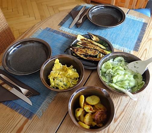 Bratkartoffel,Rührei,Gurkensalat
