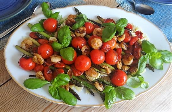 Grüner Spargel,Tomaten und Garnelen