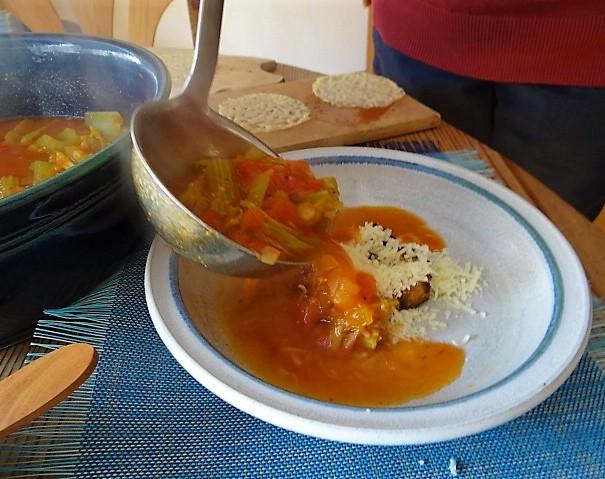 Staudensellerie Suppe mit Weißbrot