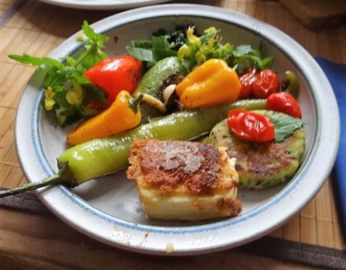 Gebratenes Gemüse mit gebackenem Feta und Kartöffeltaler (1)