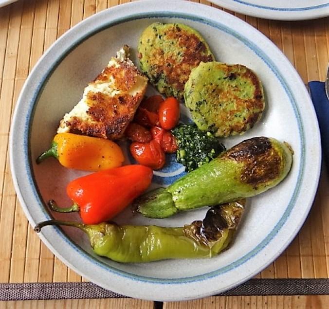 Gebratenes Gemüse mit gebackenem Feta und Kartöffeltaler (2)