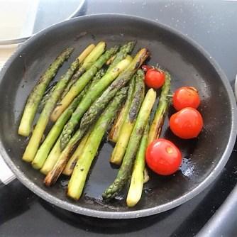 Grüner Spargel mit Tomaten (8)