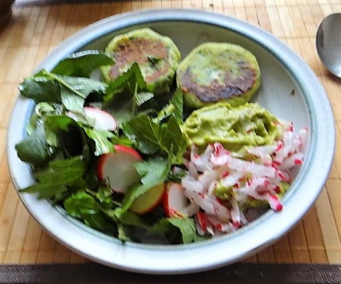 Kartoffeltaler mit Guacamole und Wildkräutersalat (1)