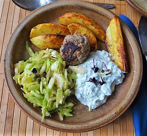 Krautsalat,Tzatziki,Kartoffelspalten,Hackbällchen (2).JPG