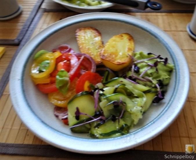 Zucchinisalat,Tomatensalat,Guacamole und Ofenkartoffeln (1).JPG