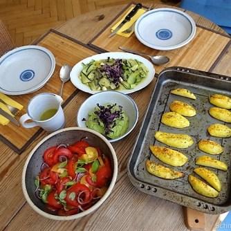 Zucchinisalat,Tomatensalat,Guacamole und Ofenkartoffeln (24)