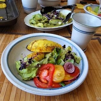 Zucchinisalat,Tomatensalat,Guacamole und Ofenkartoffeln (28)