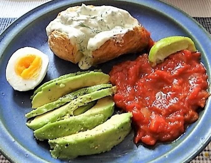 Backkartoffel mit Dip, Tomatensalsa,Avocado und hartgekochten Eiern (1)