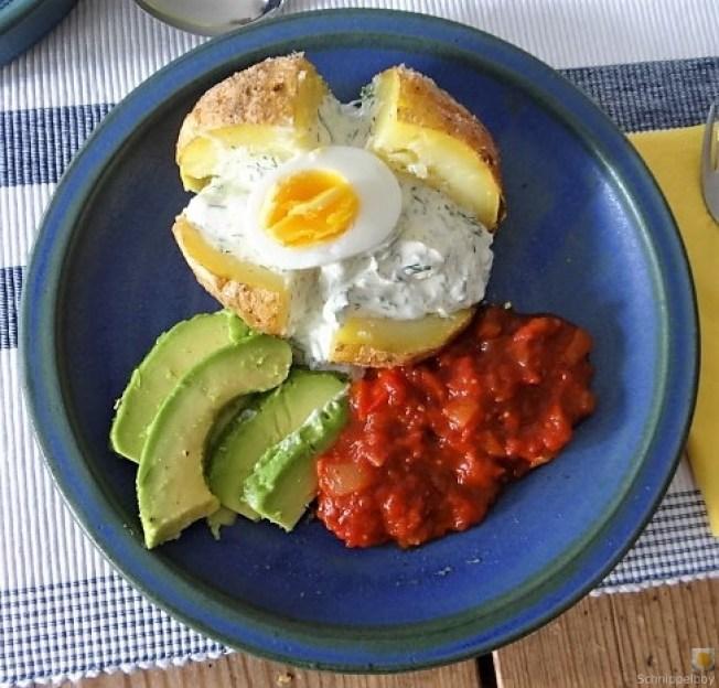 Backkartoffel mit Dip, Tomatensalsa,Avocado und hartgekochten Eiern (2)