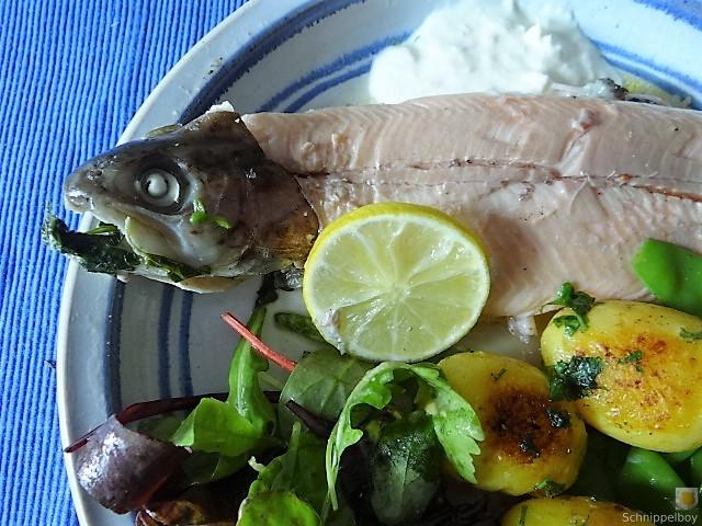 Forelle mit Petersilienkartoffel, Meerrettichdip und Salat (3)
