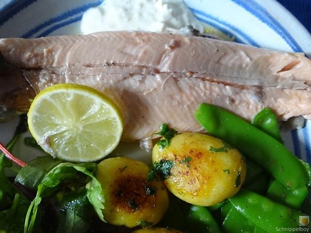 Forelle mit Petersilienkartoffel, Meerrettichdip und Salat (4)