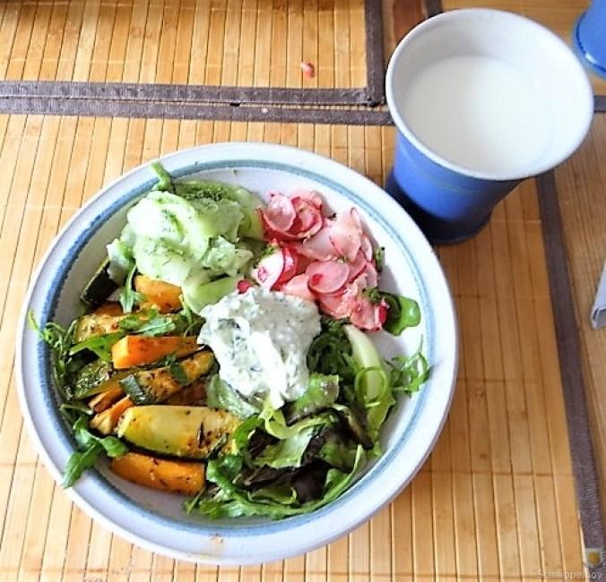 Süßkartoffel und Zucchini aus dem Ofen mit Salaten (17)