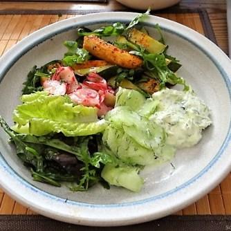 Süßkartoffel und Zucchini aus dem Ofen mit Salaten (18)