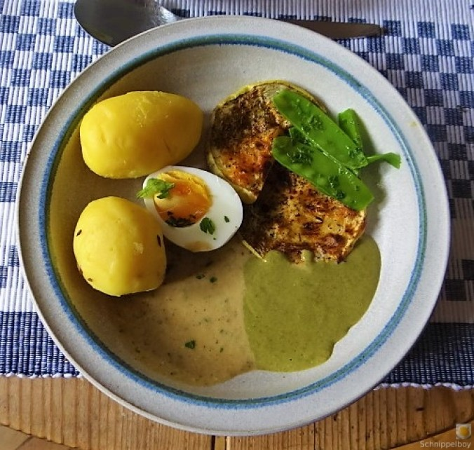 Zucchini und Spinatsauce, gebratene Zucchinischeiben, Erbsenschoten, Eier (1)