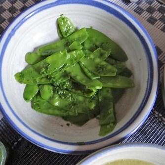 Zucchini und Spinatsauce, gebratene Zucchinischeiben, Erbsenschoten, Eier (12)