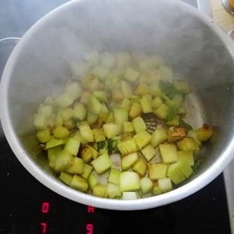 Zucchini und Spinatsauce, gebratene Zucchinischeiben, Erbsenschoten, Eier (13)