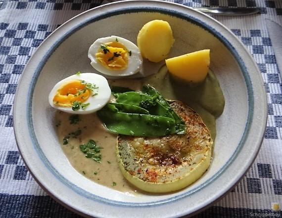 Zucchini und Spinatsauce, gebratene Zucchinischeiben, Erbsenschoten, Eier (20)