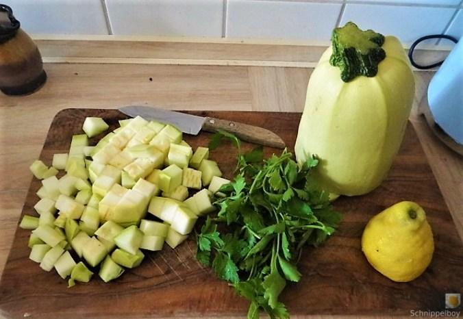 Zucchini und Spinatsauce, gebratene Zucchinischeiben, Erbsenschoten, Eier (7)