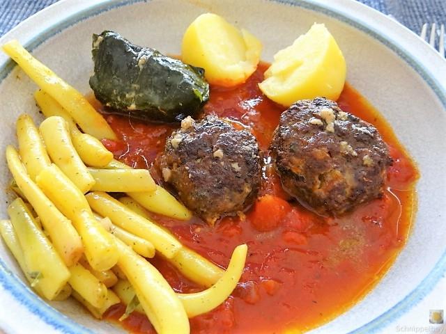 Fleischklößchen ,Tomatensauce, Bohnensalat und Pflaumenkompott (11)