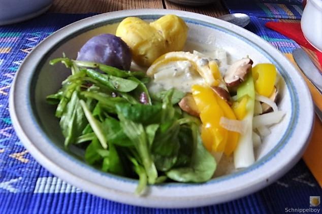 Gedämpftes Gemüse,Käsesauce, Blaue Kartoffeln (2)