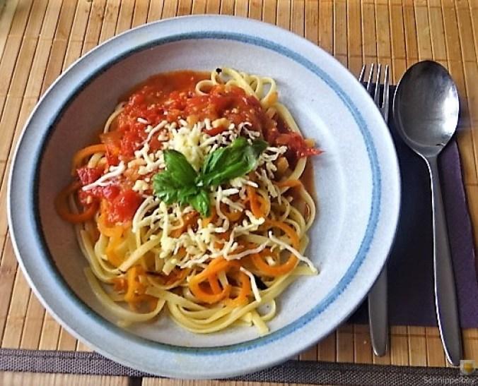 Linguine,scharfe Tomatensauce und Karotten Zoodles (2)