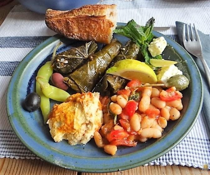 Gefüllte Weinblätter, Bohnensalat, Humus,. (2)
