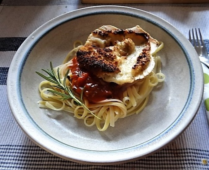 Linguine, scharfe Tomatensauce, Muschelragout (1)