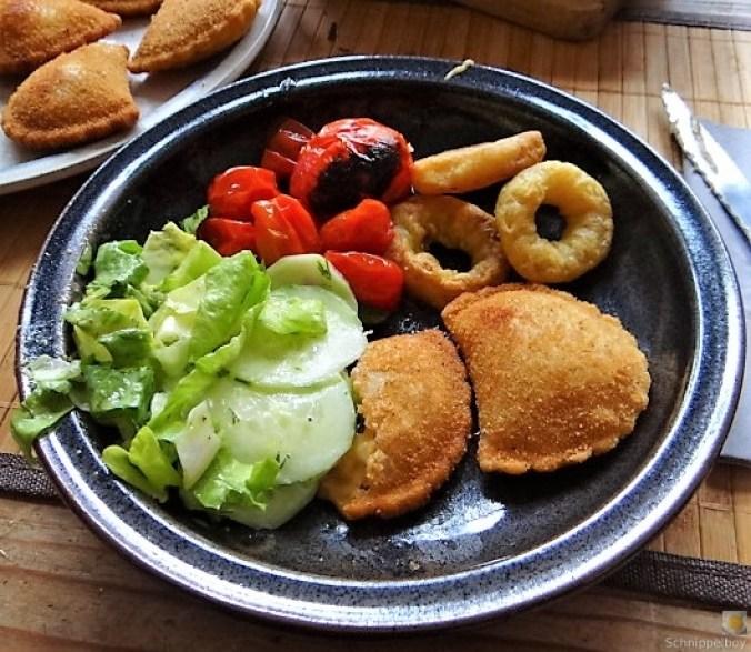 Teigtaschen,Tintenfischringe und Salat (1)