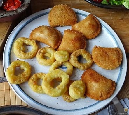 Teigtaschen,Tintenfischringe und Salat (14)