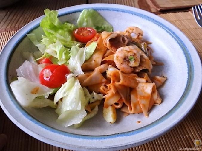 Buchweizennudeln in Tomatensauce,Garnelen und Salat (13)
