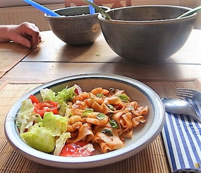Buchweizennudeln in Tomatensauce,Garnelen und Salat (4)