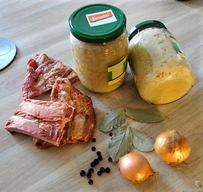 Sauerkraut ,Schälrippchen, Kartoffelpüree (10)