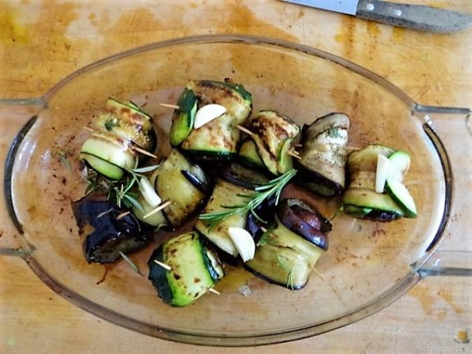 Zucchini-Auberginen Röllchen mit Couscous (19)