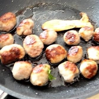 Kleine Klöse, Kleine Fleischbällchen,Pilze, Sauce (13)