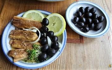 Bratkartoffeln, Bunter Salat und Sardinen (16)