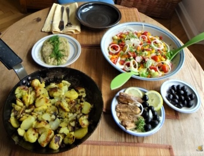 Bratkartoffeln, Bunter Salat und Sardinen (6)